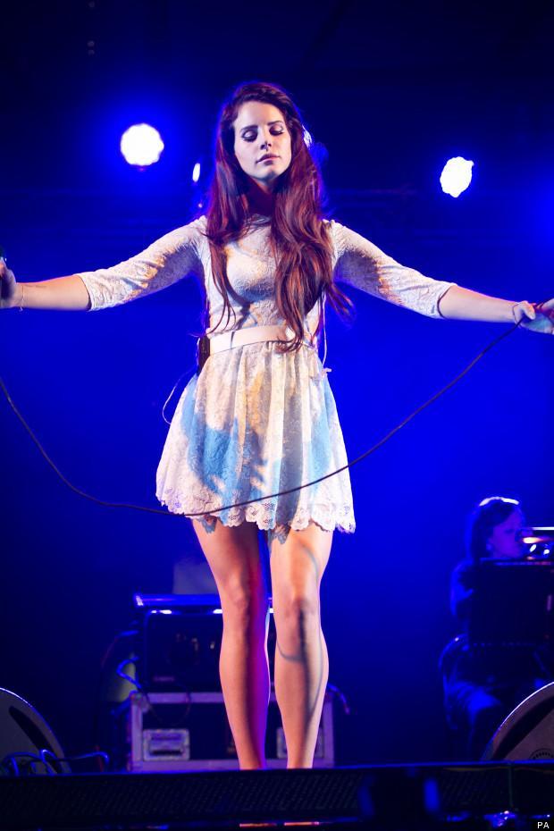Biraz doğallık ve biraz muhteşemlik... Yine egzotik bir mini elbisesiyle.
