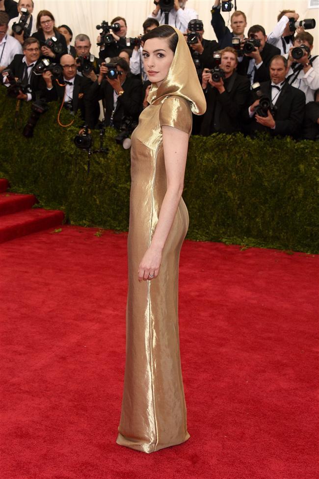 Cesur kıyafetlerin yarıştığı gecede ünlü oyuncu Anne Hathaway, sadece küçük bir yırtmaç tercih etti.