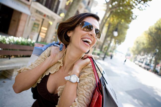 Yaz aylarında hem tamamlayıcı bir aksesuar hem de göz sağlığımız için kullanılan güneş gözlükleri büyük önem taşıyor.   Birçok markanın gözlük tasarımları görücüye çıkmaya başladı. 2015 yaz sezonunda güneş gözlükleri modellerinde karakteristik tasarımlar dikkat çekiyor.  İşte sizin için derlediğimiz en güzel 2015 İlkbahar-yaz güneş gözlükleri…  Hazırlayan: Gülçin Çavdarcı