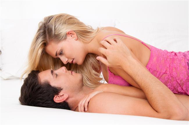 Seksi adi bir şey haline getirmeyin  Libido aşk gezisini şehvetin sınırlarına taşır. Aşk hayatınızın enerjiye ihtiyacı varsa, erotik videolar kiralayarak hem partnerinizi hem de kendinizi daha istekli hale getirebilirsiniz. Seks oyuncakları kullanarak, farklı mekanlarda farklı pozisyonlar deneyerek cinselliğinizin erotikliğini kaybetmesini engelleyebilirsiniz. Erkeğinizi banyoda baştan çıkararak, erotik kitaplar okuyarak sürprizler yapabilirsiniz.