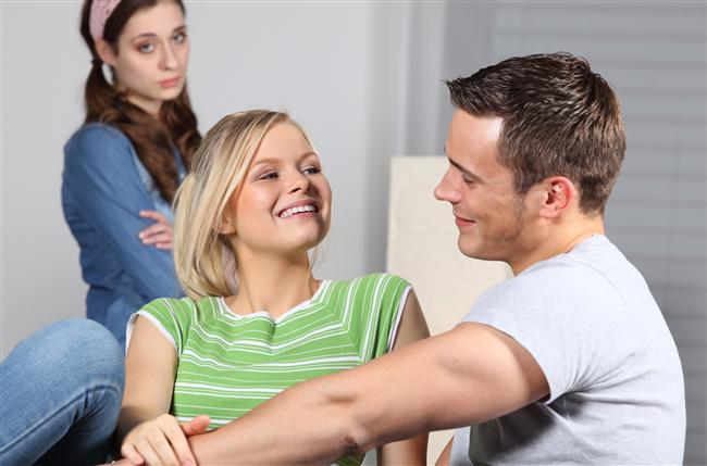 """7-  Arkadaşlarını iyi seç:  Ne demişler: """"Bana arkadaşını söyle sana kim olduğunu söyleyeyim"""" Ortamın en fırlama kızlarıyla arkadaş olursan baştan kaybedebilirsin."""