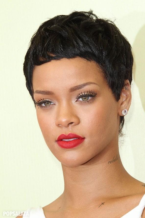8- Rihanna  Rihanna'ya her saç stili yakışıyor! Fakat bu saç stiliyle daha bir mükemmel.