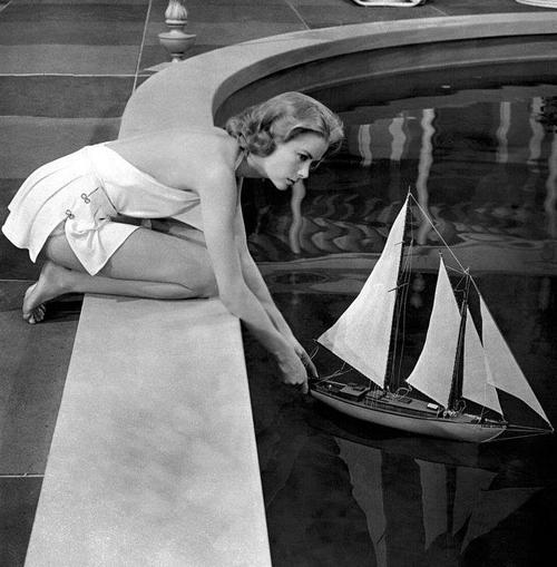 Daha sonra aralarında Katherine Hepburn, Spencer Tracy ve Lauren Bacall'ın da olduğu çok ünlü oyuncular yetiştirmesiyle ünlü olan American Academy of Dramatic Arts'a kaydoldu.