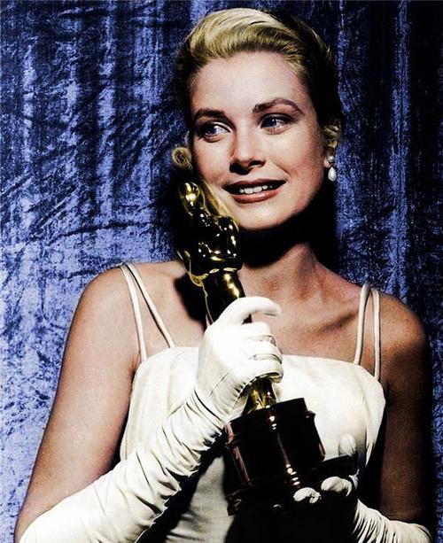 Sinema kariyeri, en başarılı olduğu dönemde Monako prensi Rainer'la olan evliliği yüzünden sona eren Kelly, zarafeti ve güzelliğiyle Hollywood'un en gözde oyuncularından biridir.