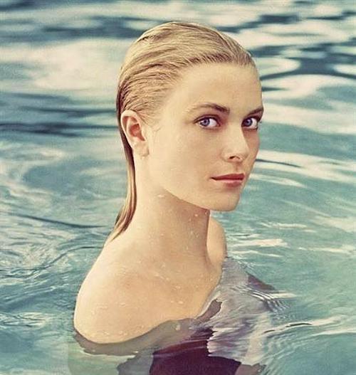 Aynı yıl, The Swan filminde bir prensesi canlandıracak olan Kelly, Cannes film festivaline davetli oyunculardan biriydi. Bu festival ünlü oyuncunun hayatının dönüm nokatalarından biri olan bir tanışmaya vesile olacaktı. Çünkü Monako prensi Rainer da o yıl davetlilerden biriydi ve görür görmez Kelly'ye aşık olacaktı.