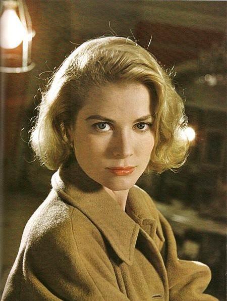 Dedikodulara göre Prens Rainer'ın Grace Kelly'yi kendisine eş olarak seçmesindeki en önemli faktörler, Kelly'nin Katolik olması ve çocuklara aşırı düşkünlüğüydü. Ayrıca güzelliği, iyi bir aileden gelişi ve yıpranmamış şöhreti de aktrisi uygun bir gelin yapmıştı.
