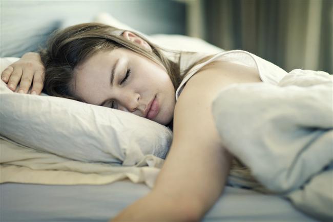 Yeteri Kadar Uyuyun  Günde en az 7 saat uyumak, yapacağınız bir işi, öğrenmeniz gereken bir dersi beyne depolayacak kadar yeterli bir süre.   Tam olarak ne kadar uykuya ihtiyacınız olduğunu, uyku düzeninizi takip ederek öğrenebilirsiniz.   Akıllı telefon uygulamaları, internet siteleri bu raporu elde etmenize yardımcı olur.