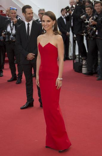 Törene eşi Benjamin Millepied ile katılan ünlü oyuncu Natalie Portman, rengi dışında pek de iddialı olmayan sade bir elbiseyle katıldı.