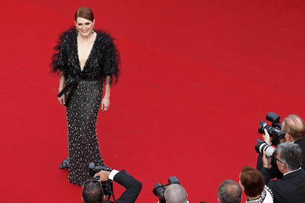 ABD'li oyuncu Julianne Moore, derin göğüs dekolteli elbisesiyle katıldığı geceye katıldı.