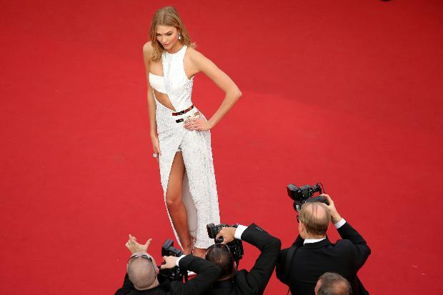 ABD'li model Karlie Kloss, cesur bir elbise ile kırmızı halıda boy gösterdi.
