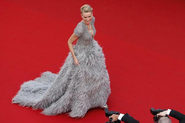 Avustralyalı aktris Naomi Watts, tüylerle süslü derin göğüs dekolteli bir elbise tercih etti.