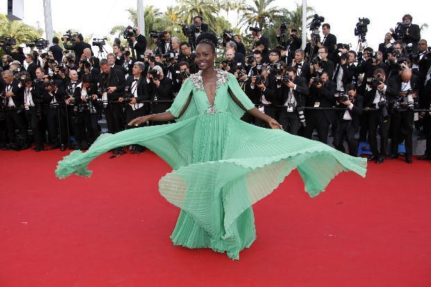 Rol aldığı 12 Yıllık Esaret (12 Years A Slave) adlı filmle başarıl bir çıkış yaklayan Lupita Nyong'o, geceye yeşil bir elbiseyle katıldı.  Oscar ödüllü oyuncu katıldığı davetlerde şıklığıyla en dikkat çeken isimler arasında.