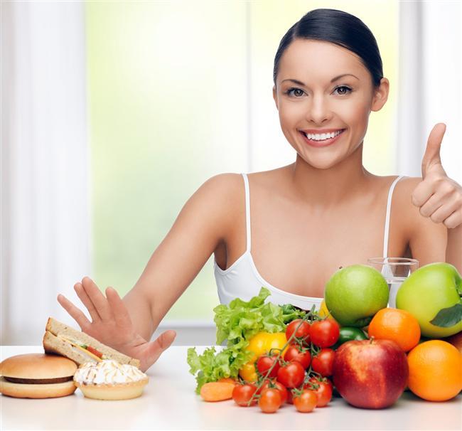 12. Dolapları boş tutun. Hem paradan hem de sizi caydıracak şeylerden tasarruf edersiniz. Etrafınızdaki yiyecek çeşitlerini azaltmanız sizi gereksiz yere atıştırmaktan alıkoyacak.