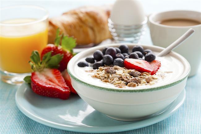 16. Kahvaltıyı kesinlikle sektirmeyin. Gün için gereken enerji yakıtınızı almanızı ve öğle yemeğinde kendinizi daha az aç hissetmenizi sağlar.
