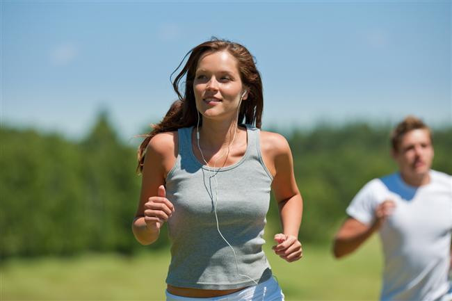 20. Dışarı çıkın. Günde en az yirmi dakikayı dışarıda oturarak ya da yürüyerek geçirin. Güneş ışığı içinizdeki yeme istediğini kontrol etmenize yardımcı olur.