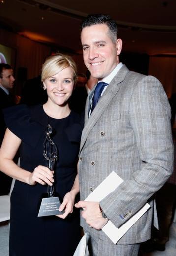 Reese Witherspoon'un eşi Jim Toth da eğlence dünyasından. Ama uzun süre güzel oyuncuyu uzaktan bir hayranı olarak izledi.  Sonra tanıştılar ve dünyaevine girdiler. Çiftin bir erkek çocuğu var.