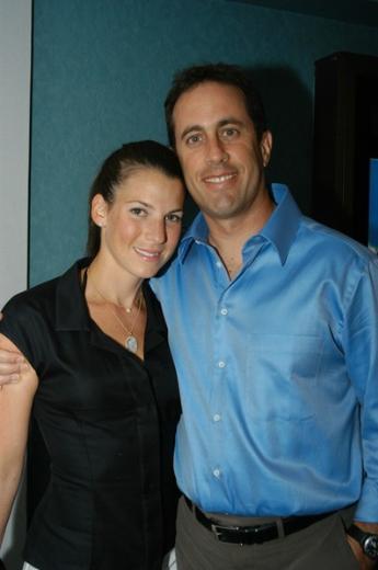 Aktör Jerry Seinfeld de kendisine hayran olan biriyle evlenen ünlülerden.   Seinfeld, halkla ilişkiler uzmanı Jessica Sklar ile 1999 yılından bu yana evli.