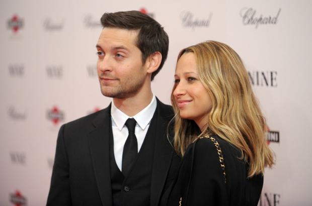 Aktör Tobey Maquire da mücevher tasarımcı eşiyle bir film setinde tanıştı.Çift 2003 yılında Seabiscuit filminin çekimleri sırasında tanıştı. Üç yıl sonra nişanlandılar. Şimdi mutlu bir evlilikleri var.