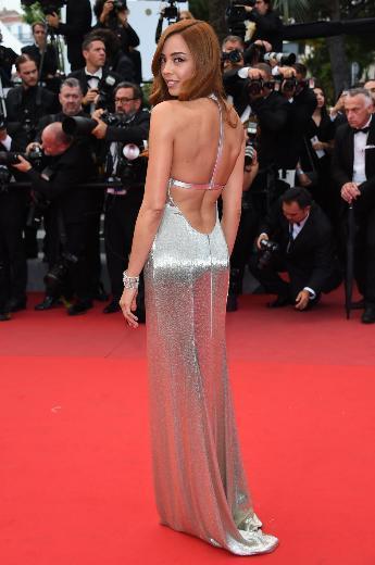 """Akın, festivalin güzellik sponsoru olan L'Oréal Paris'in """"Türkiye güzellik elçisi"""" unvanıyla kırmızı halıda yürüdü."""
