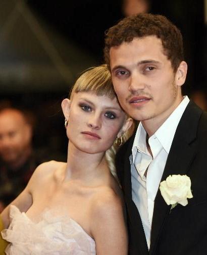 Bir erkek, bir kız ve başka bir kızın cinsel hayatını konu alan film seksüel bir melodrama.