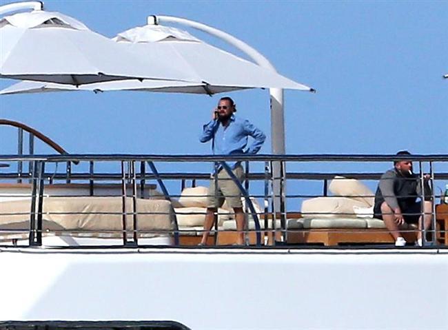 Leonardo Di Caprio, lüks yatında harıl harıl telefonla konuşurken görüntülendi. Ünlü yıldız, 'halkın arasına' pek karışmak istemiyor gibiydi.