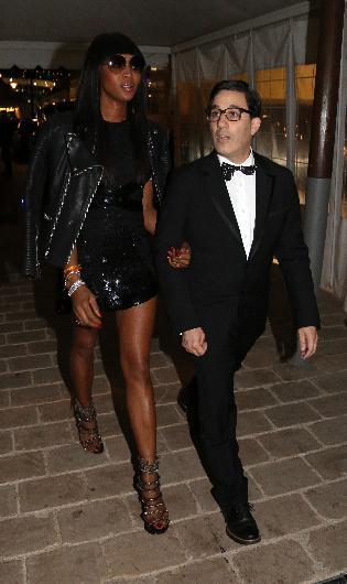Naomi Campbell ise kendisinden hayli kısa görünen arkadaşıyla yat partisinden ayrıldı.