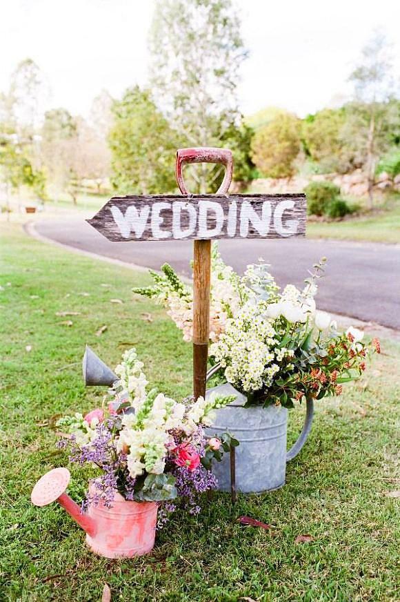 13. Vintage düğün yönlendirmeleri  Salon düğünlerinde düz bir A4 çıktısı ya da sıradan tabelalar kullanılıyor. Siz yeni bir şey yapın ve yönlendirmenizin çevresini bu tarz çiçekli aksesuarlarla süsleyin.