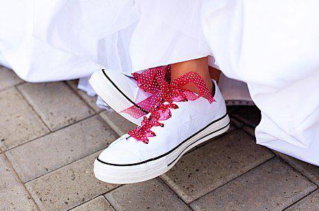 15. Yeni moda, spor ayakkabı!  Düğünde rahat olmak, en çok gelin ve damadın hakkı değil mi? Neyse ki düğünlerde yeni moda spor ayakkabı. Artık kırda ayak burmakay, oynarken minik hareketlere son!