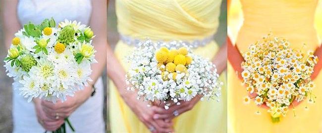 17. Kır düğününe yakışır bir gelin çiçeği  Düğünlerin şaşalı renklerinden ve buketlerin uzak, papatya ya da kasımpatılarla süslenmiş, sade bir gelin buketi ile çok asil görüneceğinize eminim! :)