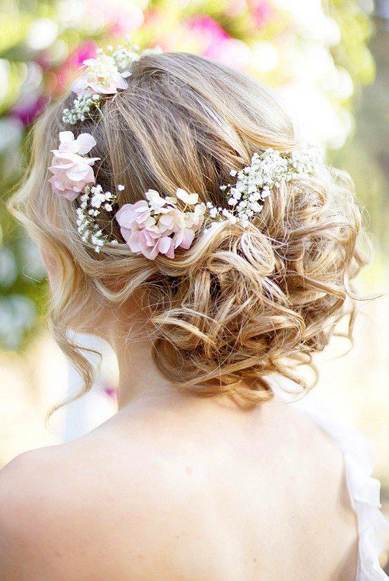 18. Çiçeklere bezenmiş, tatlı bir gelin saçı  Kır düğünleri için belki biraz klişeleşmiş bir model, ama sımsıkı topuzlardan çok daha rahat edeceğiniz kesin! Üstelik spor ayakkabı ve rahat bir gelinliğin üstünde, çiçekler serpiştirilmiş bol bir modelle, çok tarz olacaksınız. Bizden söylemesi :)