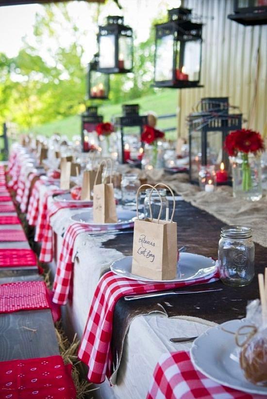 2. Pötikareli masa konsepti  Kır dendiğinde akla önce piknik geliyor, piknik dendiğinde ise pötikareli piknik örtüleri! Peki, kır düğünlerinde konseptinize uygun renkte pötikareli masa süslemesine ne dersiniz?