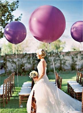4. Renkli balonlar  Kır düğünleri, salon düğünlerinden farklı olarak, şenlik havasını andırıyor. Balonsuz şenlik olur mu peki?