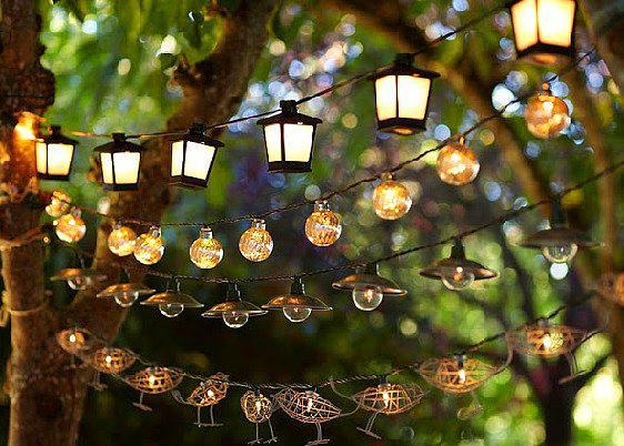 5. Ağaçtan ağaca ışıklandırmalar  Eğer elektrik kullanarak aydınlık bir tema yaratmak istiyorsanız, bir ağaçtan diğerine uzanan değişik lambalar, ampuller kullanabilirsiniz.
