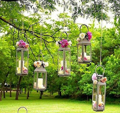 6. Otantik bir ışıklandırma  Eğer daha otantik bir konsept seçimi yaptıysanız, elektrikli bir aydınlatma yerine, mum da kullanabilirsiniz. Yine bir ağaçtan diğer gerilmiş bir ipe asılı, çiçeklerle süslenmiş mumluklar, şahane duracaktır...