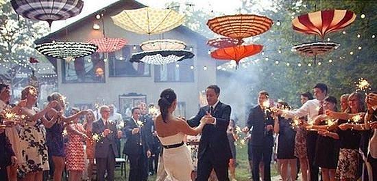 7. Dans pistiniz de renklensin!  Açık havada bir düğün için çok tatlı bir fikir: Dans pistinin üzerinde, yukarıdan inen şemsiyeler. Rengarenk şemsiyelerle, şirin bir dans pistşnde dans etmeyi kim istemez ki?