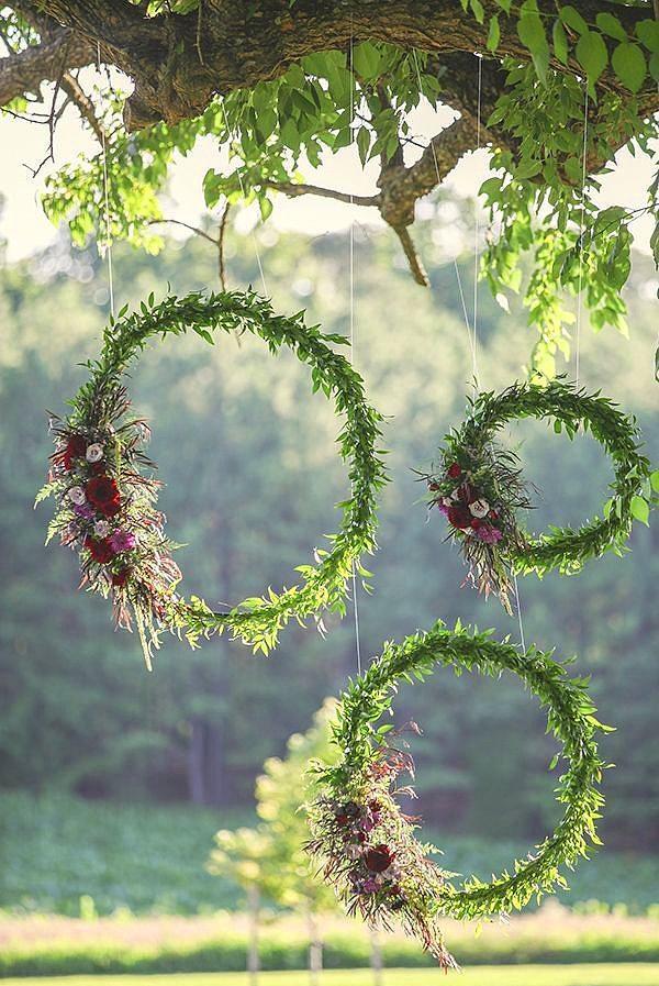 8. Ağaçlardan sarkan, şirin süsler  Etraf zaten yemyeşil demeyin, bu tarz minik süslerle düğününüzü yılın en şık düğünü yapmanız mümkün!
