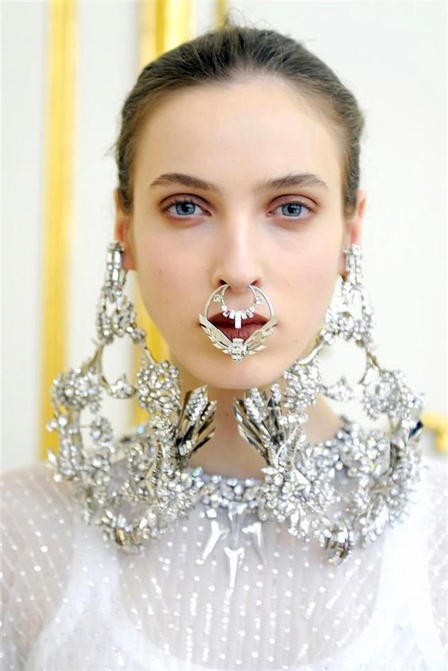 Givenchy'nın yaratıcı direktörü Riccardo Tisci septum halkaların podyumdaki öncülerindendir.