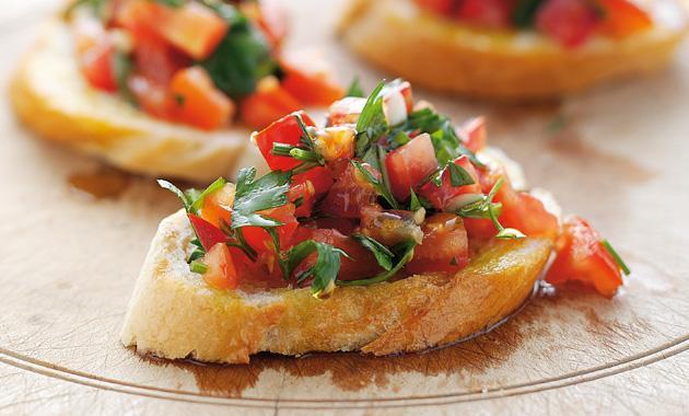 15. Hafif atıştırmalıkları sevenlere: Bruschetta  2 dilimi sadece 410 kalori olan bu ekmeklere bayılacaksınız.   10.2gr protein  17.5gr yağ  51.2gr karbonhidrat