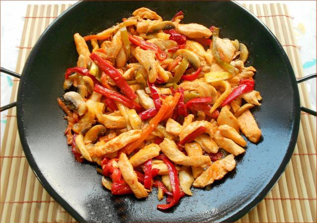 16. Kuşkonmazlı Tavuk  Kuşkonmazın tazeliğini tavukla birleştiren bu yemek yalnızca 536 kalori.  82gr protein  14gr yağ  20gr karbonhidrat