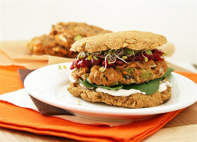 3. Sebzeli Hamburger  Hamburgeri kim sevmez ki bu sefer sadece 367 kalori.  12.6 gr protein  13.9gr yağ  54.4gr karbonhidrat