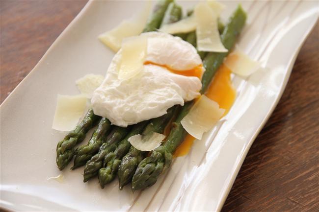 6. Yumurtalı Kuşkonmaz Salatası  Hafif lezzetler sevenlere protein ağırlıklı bir seçenek toplamda 395 kalori.  20.2gr protein  26.6gr yağ  20.7gr karbonhidrat  8 adet kuşkonmaz  1 adet taze soğan  1/2 demet roka  1 büyük domates  2 çorba kaşığı beyaz peynir  1 çorba kaşığı maydonoz  1 çorba kaşığı zeytinyağı  1 limonun suyu 1 çay kaşığı tuz/karabiber  2-3 yumurta  Bütün malzemeleri temizleyip karıştırın en son da üzerine yağda kızarttığınız yumurtayı ekleyin.
