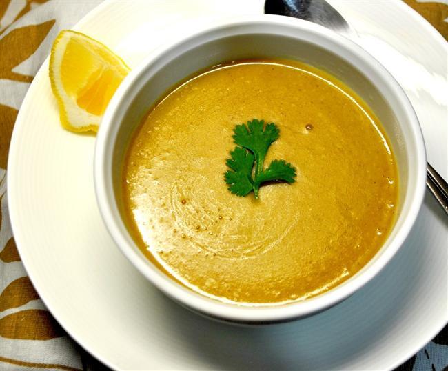 8. Çorba olmazsa olmaz diyenlere: Mercimek Çorbası  Akşam yemeğini hafif geçirmek isteyenler için mercimek çorbasının bir kasesi 136 kalori.  4.9gr protein  7.2gr yağ  13.2gr karbonhidrat