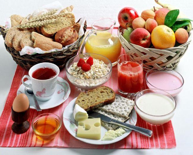 """""""Kahvaltı Gece boyunca ortalama 12 saatlik bir açlık yaşarız. Uyurken açlığımızı fark etmesek de vücut gece boyu çalışmaya ve enerji harcamaya devam eder. Gece uykusundan sonra vücudu ve beyni tekrar besin öğeleriyle ve enerji ile kahvaltıda doldurmazsak halsiz ve sinirli hissetmeye başlarız. Özellikle okul çağındaki çocukların okul başarısı için kahvaltı çok önemlidir."""