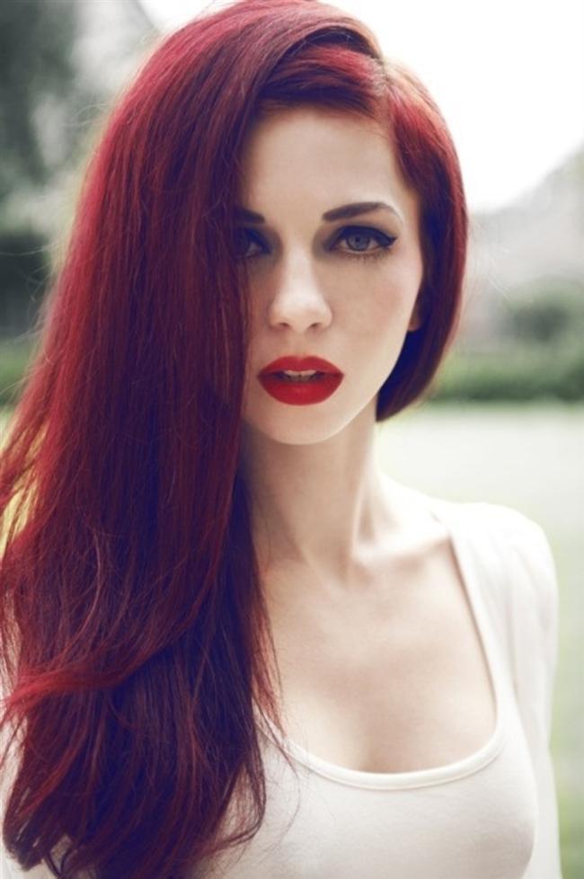 Kova: Yoğun ve net kızıllar, Kova kadını ile bütünleşir.