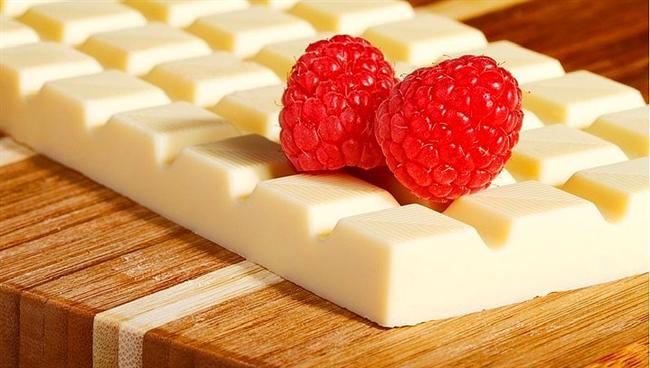 18. Beyaz Ama Çikolata Değil!  Şeker, tatlandırıcı ve süt ilaveli kakao yağı ile üretilen beyaz çikolatanın, içinde kakao kütlesi bulunmamaktadır. Yani aslında çikolata değildir.