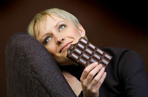 3. Mutluluk  Çikolatanın mutluluk verdiği bir şehir efsanesi değil. Kakaonun içerdiği biyoaktif besin bileşenleri ve magnezyum, vücutta serotonin adı verilen mutluluk hormonunun salgılanmasına sebep oluyor. Bu durum, aynı zamanda çikolatanın doğal bir antidepresan olduğunu şeklinde de yorumlanıyor.