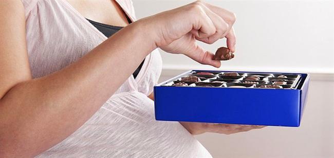 21. Hamilelik  Yapılan bilimsel araştırmalar, çikolatanın içinde bulunan 'theobromine' adlı bir bileşenin; hamile kadınların 'preeklampsi' rahatsızlığına yakalanma şansını düşürdüğünü ortaya koyuyor.