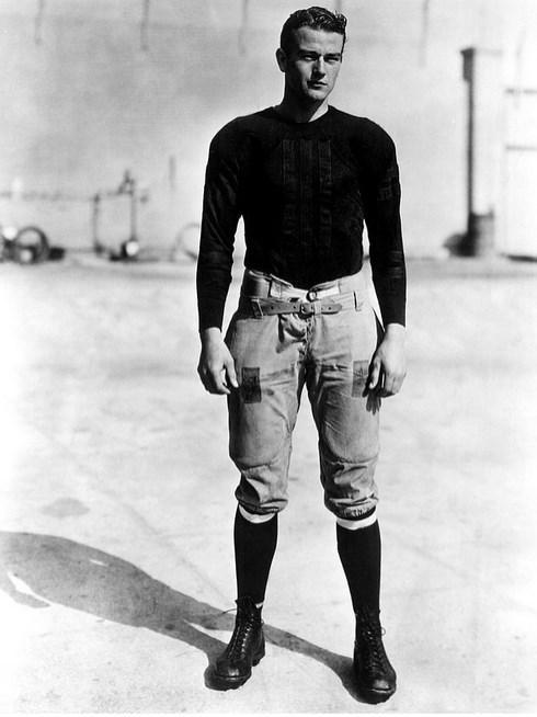 16.  Kovboy filmlerinin vazgeçilmez aktörlerinden John Wayne 19 yaşında. (1926)