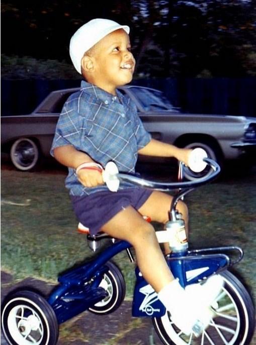 8.  4 yaşındaki Barack Obama üç tekerlekli bisikletini sürüyor. (1965)
