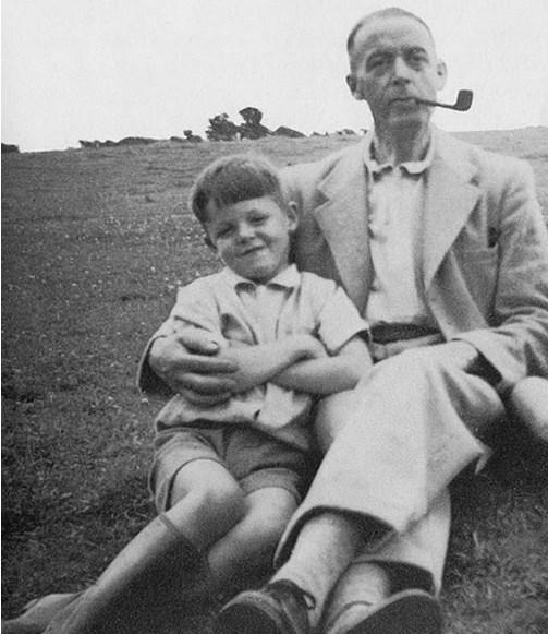 24.  Paul McCartney 8 yaşında babasıyla birlikte (1950)